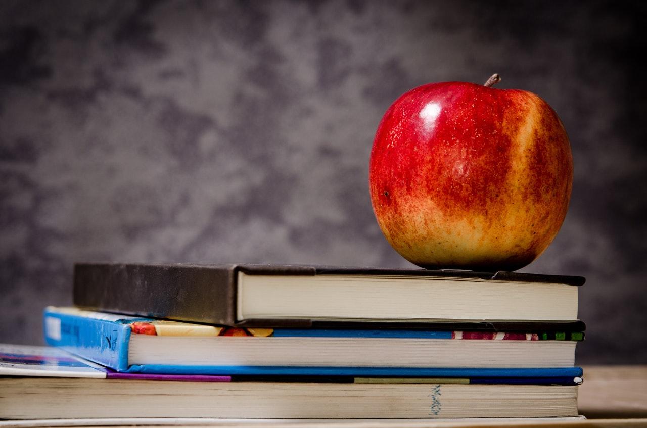 Skolböcker och äpple
