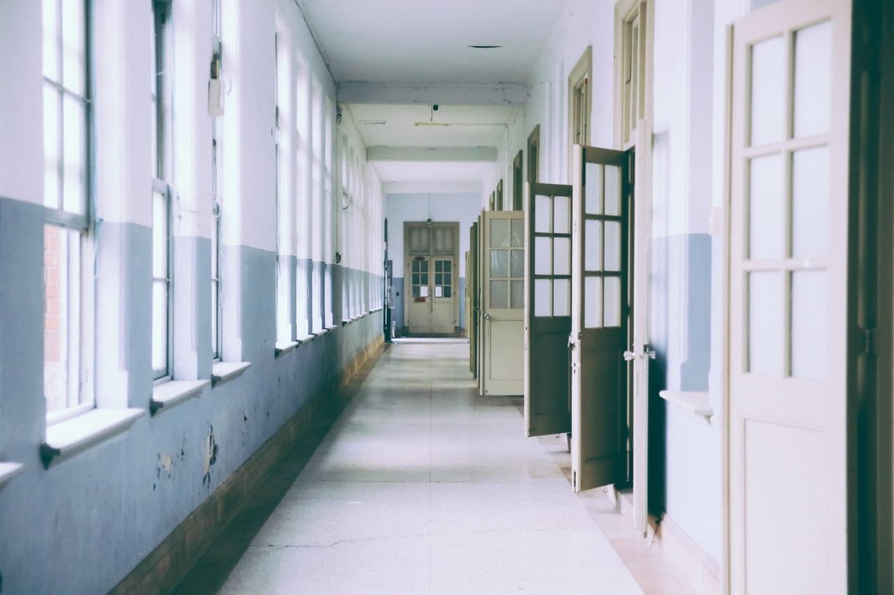 Skolkorridor med öppna dörrar