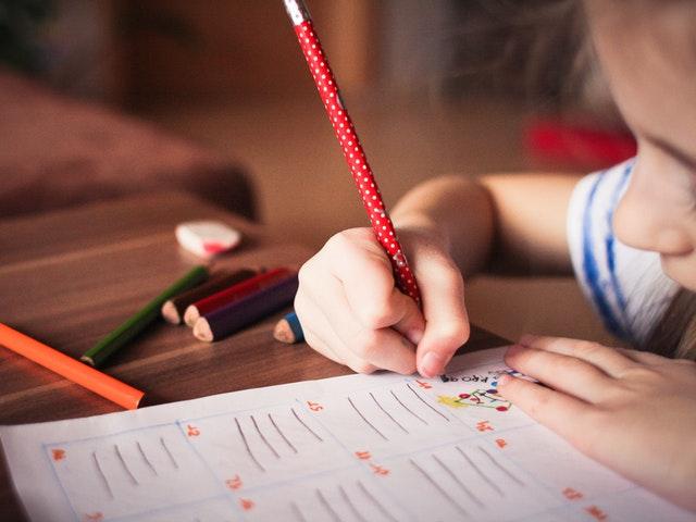 Barn med penna